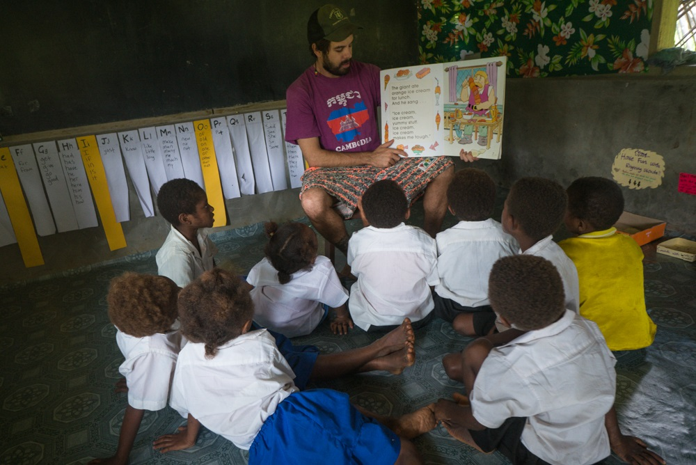 Mike Hawins Reading to Ni-Vanuatu Students